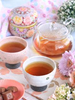 テーブルの上のコーヒー カップの写真・画像素材[1053830]