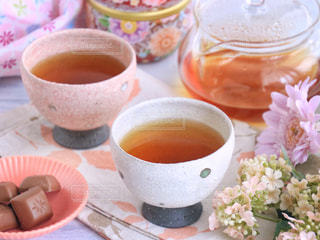 テーブルの上のコーヒー カップの写真・画像素材[1053833]