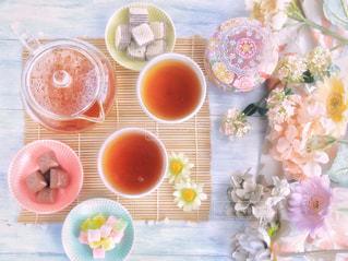 食品やコーヒー テーブルの上のカップのプレート - No.1053839