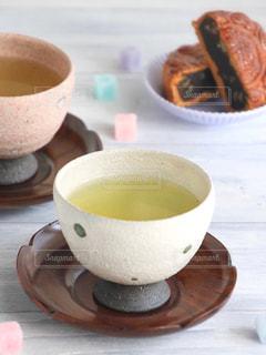 テーブルの上のコーヒー カップの写真・画像素材[1054536]