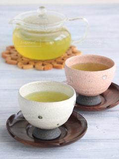 テーブルの上のコーヒー カップの写真・画像素材[1054547]