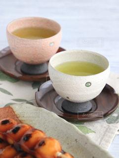 食品とコーヒーのカップのプレートの写真・画像素材[1054556]