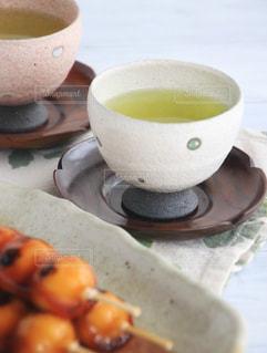 テーブルの上のコーヒー カップの写真・画像素材[1054559]