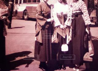 通りに立っている人々 のカップルの写真・画像素材[1132630]