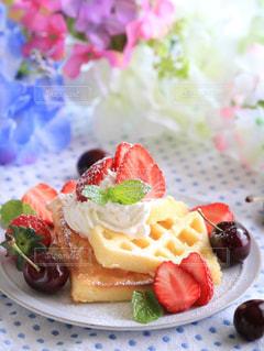 テーブルの上に食べ物のプレートの写真・画像素材[1146503]
