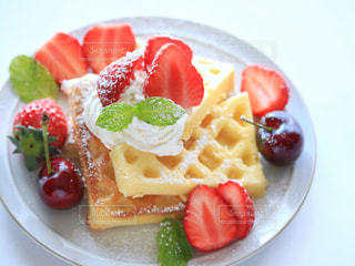 皿の上の果物とケーキ - No.1146505