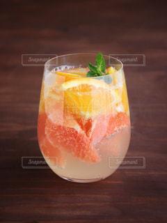 テーブルの上のオレンジ ジュースのガラスの写真・画像素材[1198864]