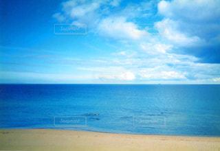 水の体の横にある砂浜のビーチの写真・画像素材[1219871]