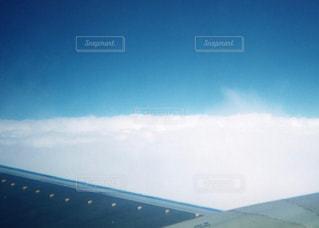 滑走路に大きい飛行機の写真・画像素材[1219894]