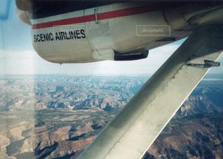 空を飛んでいる飛行機の写真・画像素材[1219897]