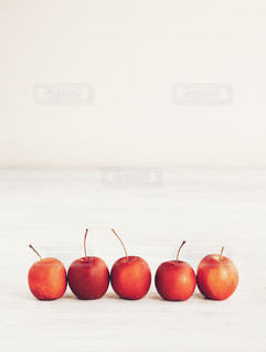 テーブルの上に座って赤いリンゴの写真・画像素材[1219922]