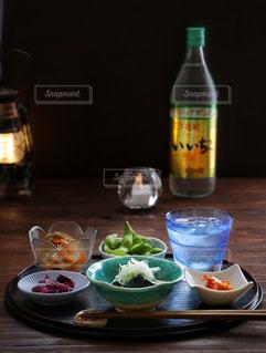 料理とテーブルの上にワインのボトルのプレートの写真・画像素材[1269306]