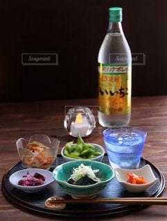 料理とテーブルの上の瓶のプレートの写真・画像素材[1269312]