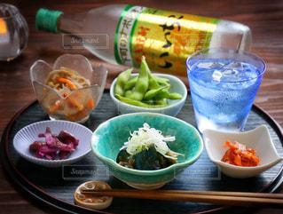 テーブルの上に食べ物のボウルの写真・画像素材[1269318]