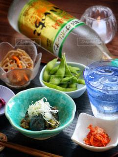 テーブルの上に食べ物のボウルの写真・画像素材[1269319]
