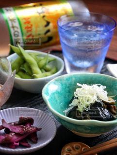 テーブルの上に食べ物のボウルの写真・画像素材[1269326]