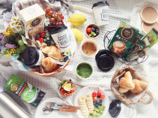 テーブルの上に食べ物の束の写真・画像素材[1297054]