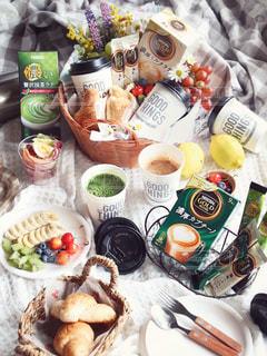テーブルの上に食べ物の束の写真・画像素材[1297101]