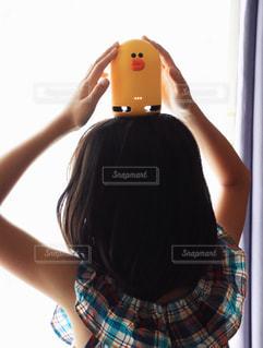 携帯電話を保持している女性の写真・画像素材[1354421]