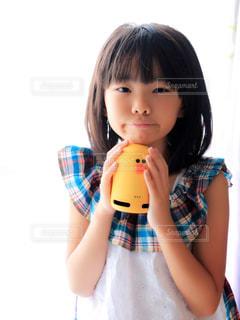 スマートスピーカーと女の子の写真・画像素材[1357236]