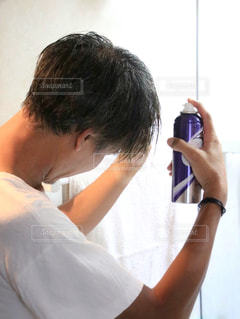 育毛スプレーを使う人の写真・画像素材[1524069]