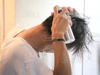 育毛スプレーを使う人の写真・画像素材[1524081]