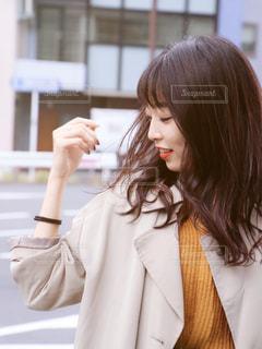 携帯電話で通話中の女性の写真・画像素材[1592349]