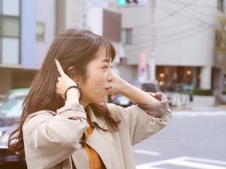 携帯電話を保持している女性の写真・画像素材[1592353]