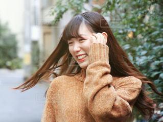 携帯電話で通話中の女性の写真・画像素材[1593806]