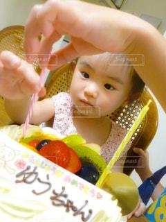 誕生日ケーキと女の子の写真・画像素材[1682701]