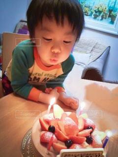 テーブルに座っている小さな子供の写真・画像素材[1683794]