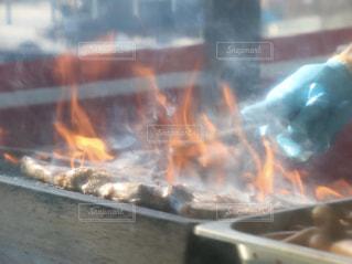 肉を焼いているところの写真・画像素材[1786245]