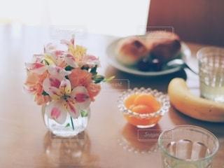 食卓の上の食べ物の皿の写真・画像素材[2169515]