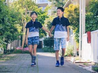 人が道を歩いているの写真・画像素材[2169786]