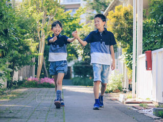 歩道に立っている少年の写真・画像素材[2169792]