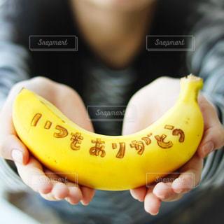 バナナを持つ手の写真・画像素材[3284772]