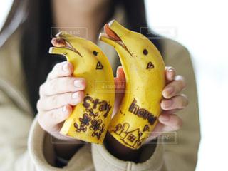 バナナを持つ手の写真・画像素材[3284784]