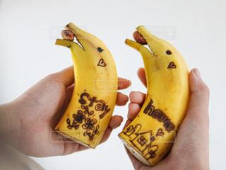 バナナを持つ手の写真・画像素材[3284783]