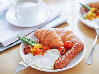 食べ物の皿をテーブルの上に置くの写真・画像素材[3925055]