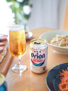 食べ物と飲み物の皿をテーブルの上に置くの写真・画像素材[3926471]