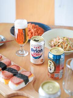 食べ物の皿をテーブルの上に置くの写真・画像素材[3926480]