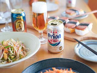 テーブルの上に食べ物を1杯入れるの写真・画像素材[3926478]