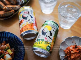 テーブルの上にビール1本と一杯の食べ物の写真・画像素材[4403663]
