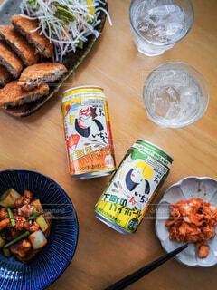 食べ物の皿をテーブルの上に置くの写真・画像素材[4403666]