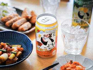 食べ物の皿と飲み物をテーブルの上に置くの写真・画像素材[4403671]