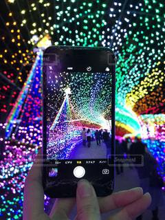 携帯電話を持っている人の写真・画像素材[891645]