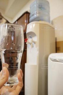 ワインのグラスを持っている手 - No.912623
