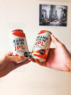 ソーダの缶を握る手の写真・画像素材[1309692]