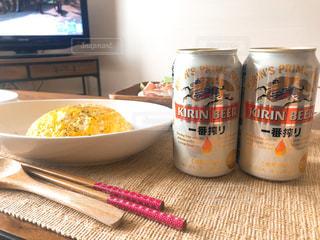 ビールと食品のボウルのボトルの写真・画像素材[1309693]