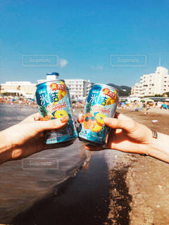 水のボトルを持っている手の写真・画像素材[1309714]